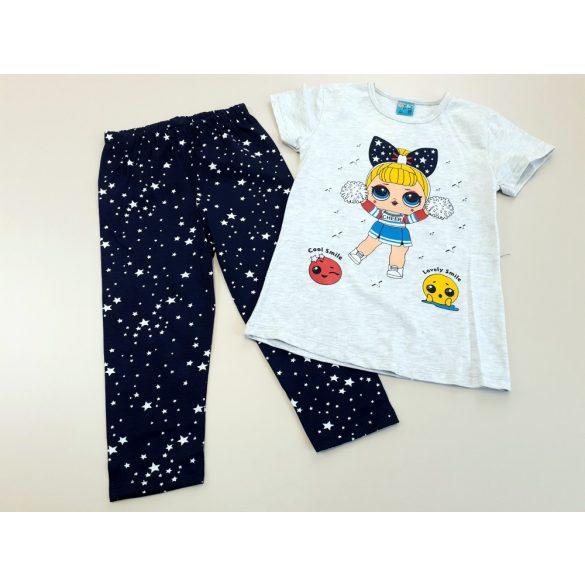 Kék mintás nadrág kislányos pólóval